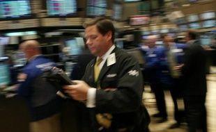 La Bourse de New York évoluait sans direction claire lundi matin, alors que les investisseurs s'interrogeaient sur la mise en place du plan de sauvetage annoncé pour l'Irlande: le Dow Jones perdait 0,26% tandis que le Nasdaq gagnait 0,42%.