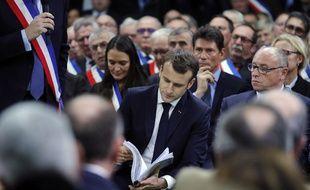 Emmanuel Macron est interpellé par de nombreux maires présents dans l'Eure lors du lancement du grand débat national.
