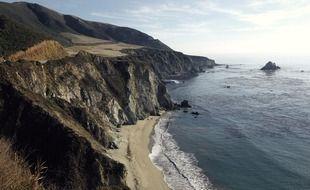 Une falaise sur la côte californienne.