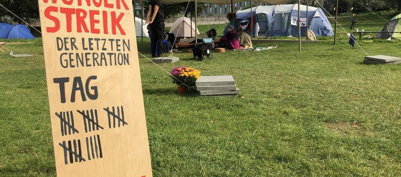 Ce jeudi 23 septembre 2021, cela fait 24 jours que des militants écologiste ont monté un camp sur une pelouse à coté du Reichstag et entamé une grève de la faim dans l'espoir de rencontrer les candidats à la chancellerie allemande et les convaincre d'inclure plus de mesures pour le climat dans leur programme.
