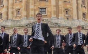 Capture d'écran de la vidéo du groupe de chant a capella de l'université d'Oxford, Out of the Blue.
