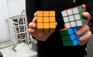 Il résout trois Rubik's Cubes en jonglant avec (ou pas).