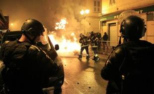 Des pompiers tentent d'éteindre les flammes, lors d'affrontements entre manifestants et policiers à Corte, en Corse, le 16 février 2016