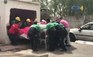 Les pompiers ont chargé le lit de la femme de 490kg sur un camion.