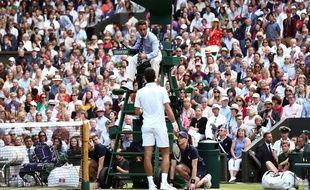 Novak Djokovic parle avec l'arbitre Damian Steiner lors de la finale de Wimbledon 2019.