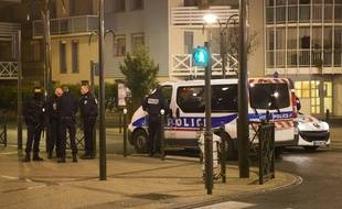 Les services de police devant l'appartement d'Argenteuil.