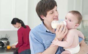 Une meilleure répartition des tâches domestiques et une plus grande implication des hommes dans leur rôle de père sont, selon Michael Kaufman, l'une des clés de l'égalité femmes hommes.