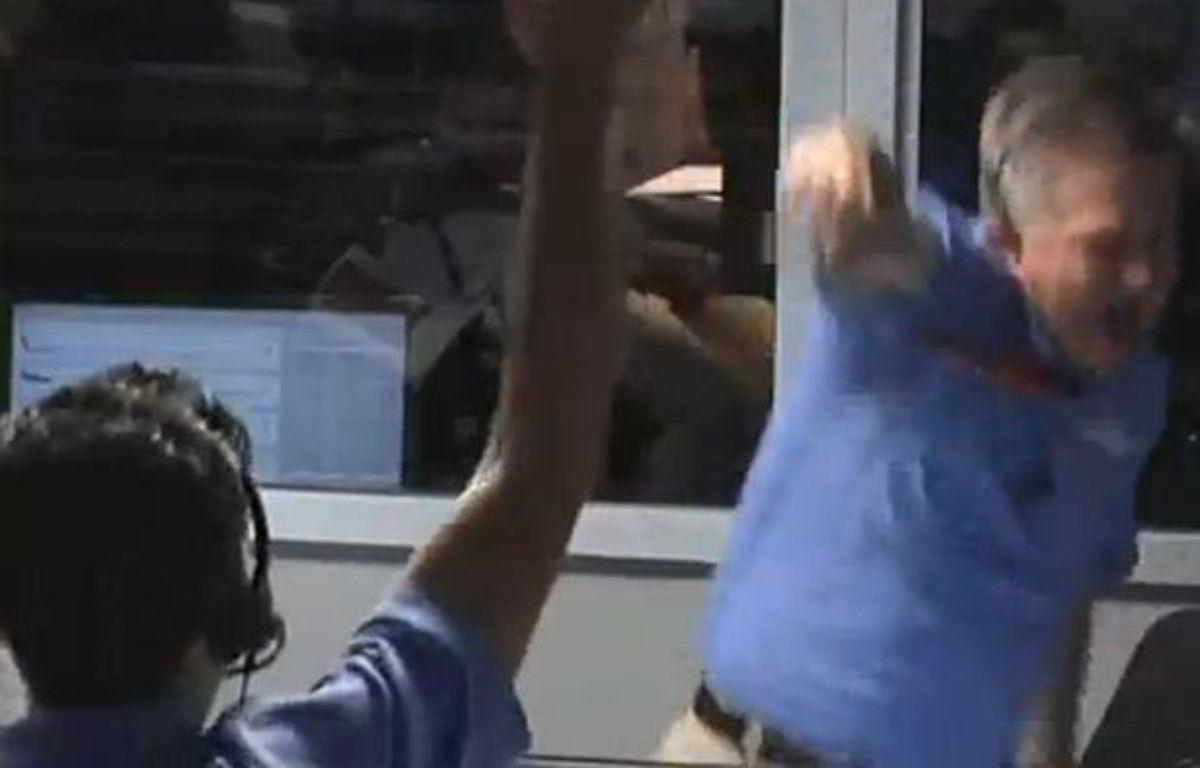 Capture d'écran d'une vidéo Youtube montrant un ingénieur de la Nasa rater son high five après l'atterrissage de Curiosity, le 6 août 2012. – 20 MINUTES