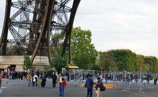 Des touristes au pied de la Tour Eiffel, à Paris, lundi 4 octobre 2010.