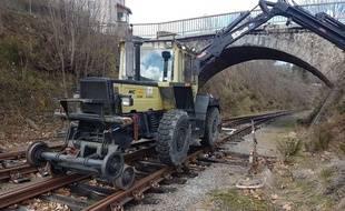 Illustration du broyeur qui sera employé au nettoyage complet de la voie entre Saint Jean le Centenier et Montfleury.  Facebook Vélo Rail du Sud Ardèche.
