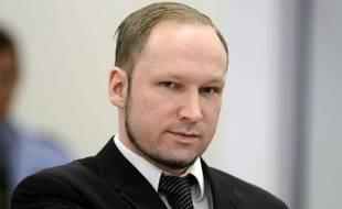 Anders Behring Breivik, jugé pour le massacre de 77 personnes l'été dernier en Norvège, s'est abstenu de faire son salut extrémiste jeudi lors de la quatrième journée d'audience de son procès.