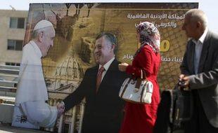 Le pape François et le roi Abdallah sur une affiche placardée le 22 mai 2014 dans une rue d'Amman en Jordanie