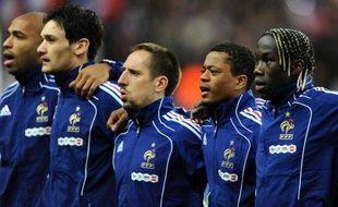 Les joueurs de l'équipe de France, lors de l'hymne national avant la rencontre face à l'Espagne 3 mars 2010.