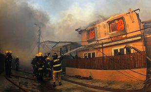 Un gigantesque incendie a commencé lundi à ronger des collines de Valparaiso, au Chili