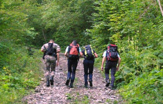 Des  gendarmes d'Annecy emprunentent les chemins de randonnées pour  tentersamedi 8 septembre 2012 de recueillir des indices dans un  périmètre de 4km autour du lieu de la tuerie de Chevaline