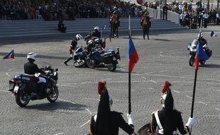 Deux gendarmes sont tombés de leur moto lors d'une démonstration devant la tribune officielle, le 14 juillet 2018.
