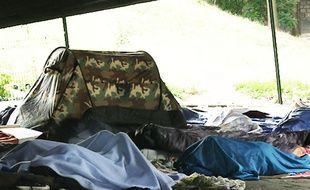 Des tentes sont installées sous le nœud de béton du périphérique porte de La Chapelle.