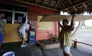 A Port Aransas, au Texas, les habitants protègent leurs maisons avant l'arrivée de l'ouragan Harvey, le 24 août 2017.