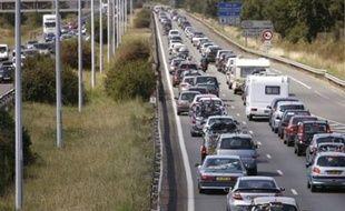 """Le bilan des accidents de la route pendant la période de la Toussaint est """"le moins meurtrier"""" des dix ans écoulés selon le ministère de l'Intérieur qui a fait état mardi dans un communiqué d'une """"baisse importante"""" du nombre de victimes sur les routes."""