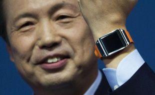 Le PDG de Samsung, J.K. Shin, dévoile la montre Galaxy Gear, le 4 septembre 2013, au salon IFA de Berlin.