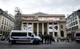 Des policiers devant le théâtre de l'Odéon à Paris, le 25 avril 2016
