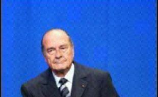 """A deux mois et demi de la présidentielle, Jacques Chirac laisse entendre, pour la première fois, dans une interview à la télévision qu'il ne briguera pas de troisième mandat et qu'il se prépare """"à servir la France d'une autre manière"""" après douze ans à l'Elysée."""