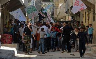 Sur le terrain, des avions militaires syriens bombardaient samedi matin des rebelles pour défendre une base stratégique dans la province d'Idleb (nord-ouest), rapporte l'Observatoire syrien des droits de l'Homme (OSDH), faisant état de 20 blessés parmi les insurgés.