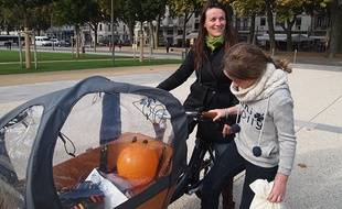 Peggy est passée de la 4L au vélo cargo pour transporter les enfants ou les courses.