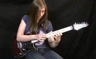 Capture d'écran de la vidéo Youtube de Tina S. la montrant jouer le solo d'Eruption de Van Halen.