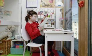 Enfant à son domicile, qui travaille à distance en raison du confinement. Crédit:Stephane ALLAMAN/SIPA.