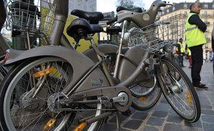 Pressenti pour remporter le marché des Vélib', Smoovengo menace de poursuivre en justice JCDecaux (Illustration).  / AFP PHOTO / Philippe Lopez