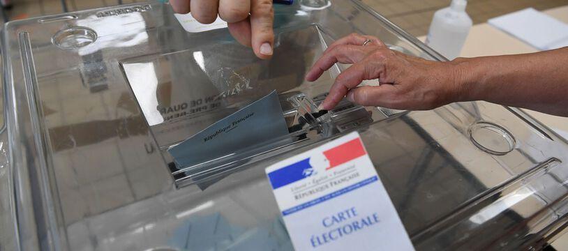 (Illustration) Un électeur vote au premier tour des élections départementales et régionales, dimanche 20 juin.