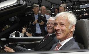 Martin Winterkorn (G), alors PDG de Volkswagen et Matthias Müller, alors PDG de Porsche, dans une Porsche 911, le 25 juin 2012 à Stuttgart