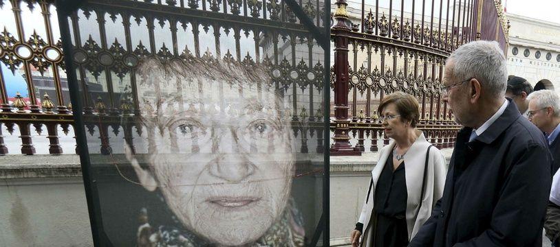 Le président autrichien regarde les photos des rescapés de l'Holocause, exposées à Vienne et victimes d'actes de vandalisme antisémites en mai 2019.