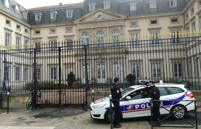 Située sur la place du Breuil, juste à côté du palais de justice, la préfecture de Haute-Loire garde d'importantes traces de l'incendie de samedi soir.