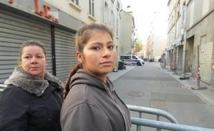 Kamila et Priscilla, devant la rue du Corbillon à Saint-Denis, là où elles habitaient... jusqu'à l'assaut, du mercredi 18 novembre. Depuis, elles sont hébergées dans un gymnase par la mairie, comme 43 autres adultes et 26 enfants.