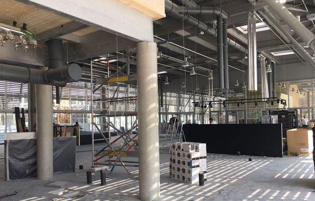 Travaux à l'intérieur des halles de Bacalan à Bordeaux, le 21 septembre 2017