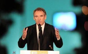 """Le président du MoDem François Bayrou souhaite que François Hollande, qui doit intervenir dimanche sur TF1, """"s'élève au niveau historique de ses responsabilités"""", celui de """"fixer un cap"""" aux Français, """"de leur faire sentir que le progrès passe par le courage""""."""