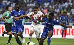 Yoann Salmier (à droite devant de Lyonnais Nabil Fekir et son partenaire Jean-Eudes Aholou, à gauch) a découvert la Ligue 1 en ce mois d'août avec le Racing club de Strasbourg, avec lequel il grandit, pas à pas.