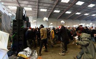 La rave party, qui a rassemblé 2.500 personnes à Lieuron au sud de Rennes, s'est achevée samedi matin.