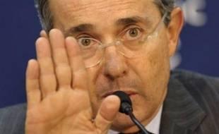 """La France a appelé lundi la Colombie à ne rien faire qui puisse mettre """"en danger"""" la vie des otages, dont la Franco-colombienne Ingrid Betancourt, après la décision du président Alvaro Uribe d'encercler les zones où la guérilla des Farc les détient."""