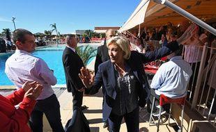 Marine Le Pen avant de prendre la parole lors de son meeting dans le Vaucluse
