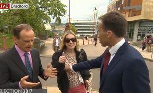 Ben Bradford repousse une passante pendant une interview en direct sur la BBC.