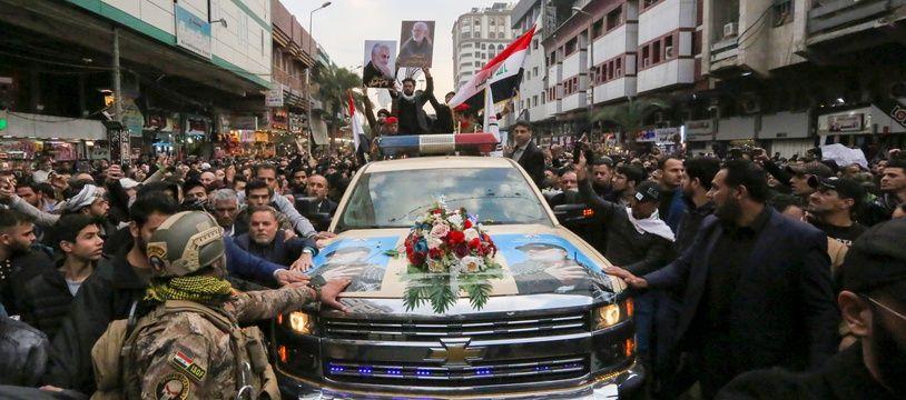 La foule entourant à Bagdad (Irak) la dépouille du général iranien Qassem Soleimani, tué le 3 janvier.