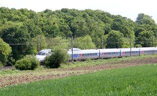 Illustration d'un TGV à l'arrêt sur des voies de chemin de fer, ici Ille-et-Vilaine.