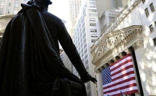 La Bourse de New York repartait dans le rouge jeudi en matinée, effaçant les gains engrangés à l'ouverture grâce à un indicateur positif sur le front de l'emploi: le Dow Jones perdait 0,23% et le Nasdaq 0,36% vers 14H45 GMT.