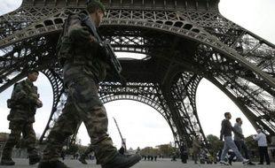 Soldats du plan Vigipirate en patrouille le 16 novembre 2015 sous la Tour Eiffel à Paris