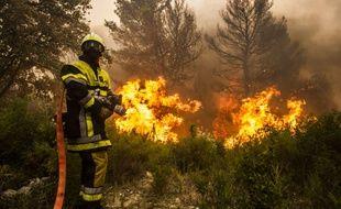 Les sapeurs-pompiers luttent contre le feu de Saint-Chamas, dans les Bouches-du-Rhône.
