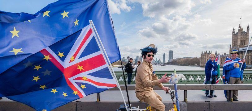 Un militant contre le Brexit manifeste alors que les Lords préparent le débat sur la sortie du Royaume-Uni de l'Union européenne.