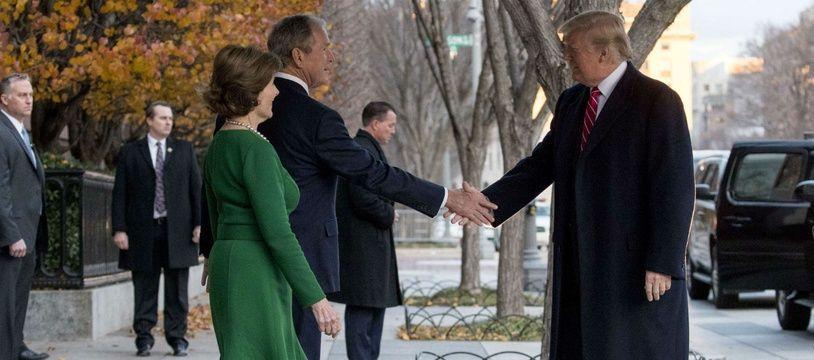Le président Donald Trump salue George W. et Laura Bush à l'entrée de la résidence de Blair House, le 4 décembre 2018.